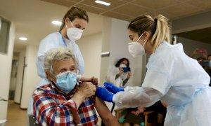 Vaccinati contro il Covid-19 più di metà dei 370mila ultraottantenni in Piemonte