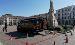 Cuneo, in piazza Galimberti si tracciano le strisce di posizionamento del mercato