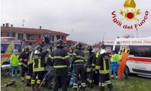 Brutto incidente a Beinette: un'auto si schianta contro un palo e si ribalta nel prato