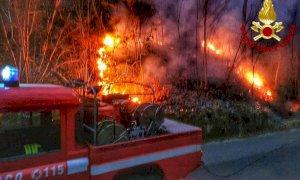 Rogo di sterpaglie a Barge, intervento dei pompieri in serata
