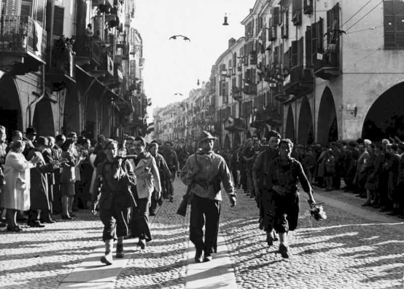 Un'immagine della Liberazione a Cuneo (Archivio ISRCN)