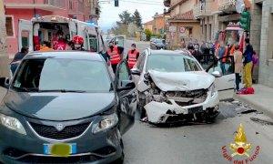 Scontro tra due auto al semaforo di Rocca de' Baldi, ci sono feriti