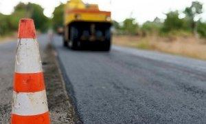 Lavori di bitumatura stradale lungo la provinciale 180 Brondello-Isasca