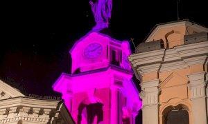 Canale illumina di rosa il campanile della chiesa di San Vittore a un mese dalla partenza del Giro