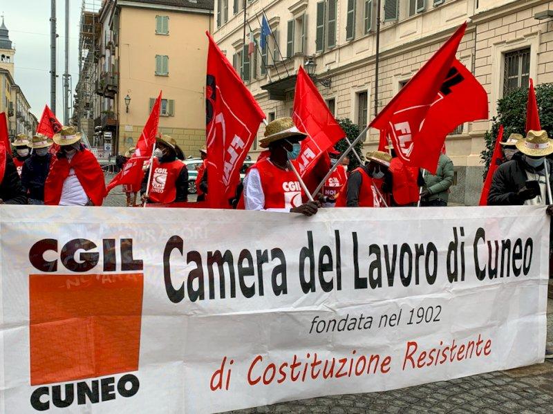 La protesta dei lavoratori stagionali dell'agricoltura per dire no alla reintroduzione dei voucher