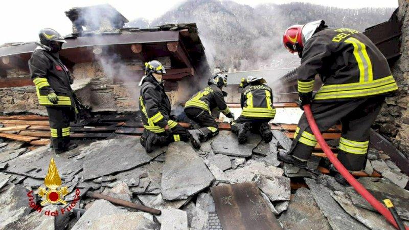 Brucia un'abitazione in borgata Villaro di Acceglio, sul posto i pompieri