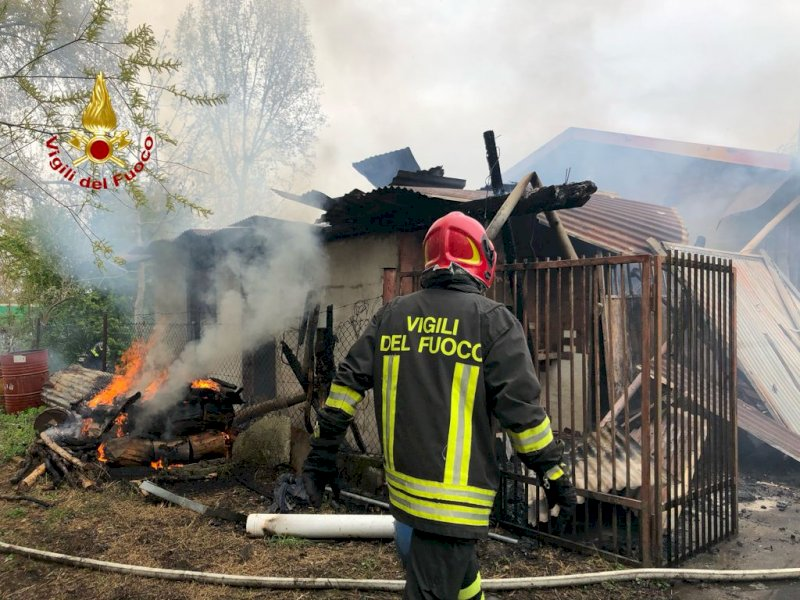 Cuneo, pompieri mobilitati per l'incendio a un deposito di attrezzi