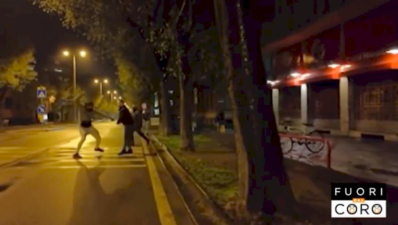 Cuneo, aggredita la troupe di 'Fuori dal Coro': ferita una giornalista Mediaset (VIDEO)