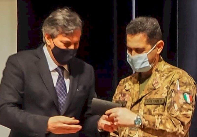 """Una copia della penna di Pavese in dono al Generale Figliuolo: """"Per firmare nuove forniture di vaccini"""""""