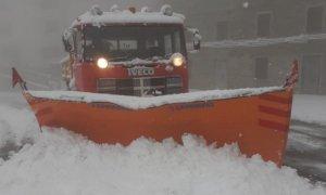 Neve di aprile, spartineve in azione sulle strade provinciali oltre i mille metri