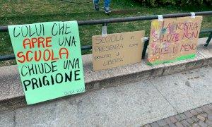 Studenti e insegnanti tornano in piazza per mantenere viva l'attenzione sulla scuola