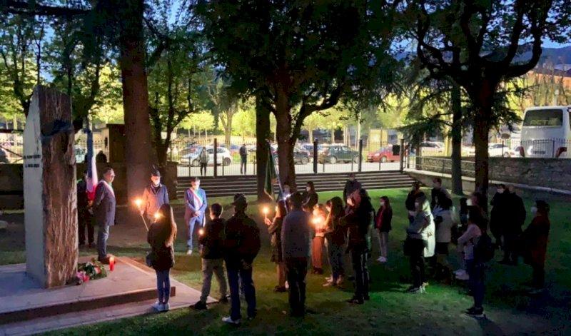 """Niente marcia della pace a Ceretto, ma la """"luce della Libertà"""" illumina il monumento alla Resistenza di Busca"""