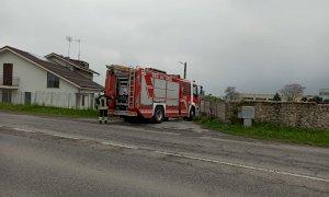 Borgo San Dalmazzo, furgone a fuoco in un cortile di via Cuneo: sul posto i Vigili del Fuoco