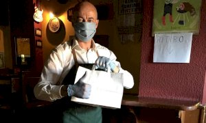 Pub sanzionato per violazione delle norme anticovid, i clienti fanno una sorpresa al barista e pagano la multa