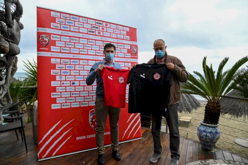 Il presidente della Granda Volley Academy Luca Di Giacomo e il responsabile tecnico Liano Petrelli presentano la maglietta ufficiale dell'Academy Summer Camp 2021 - foto Danilo Ninotto