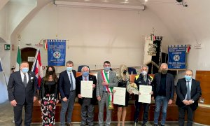 Il sindaco di Fossano consegna le onorificenze ai nuovi cavalieri della Repubblica