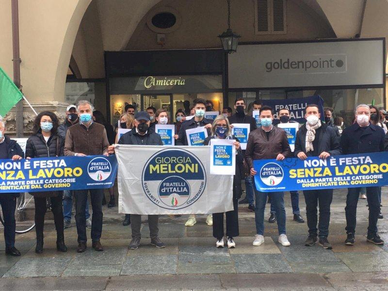 """Fratelli d'Italia in piazza a Cuneo: """"Non è festa senza lavoro!"""""""