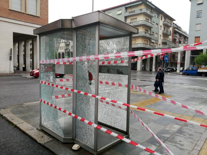 Non c'è pace in corso Giolitti: vandali in azione, infranti i vetri della cabina telefonica