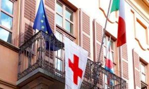 Busca, la bandiera della Croce Rossa sventola dal Palazzo comunale