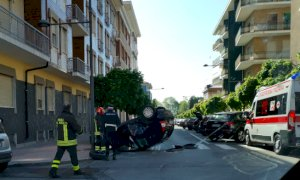 Cuneo, auto si ribalta a ridosso del marciapiede in centro città