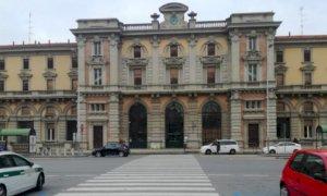 Cuneo, a spasso nella zona della Stazione con un lancia dardi in tasca: denunciato