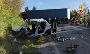 Auto contro camion a Fossano, in gravi condizioni una donna