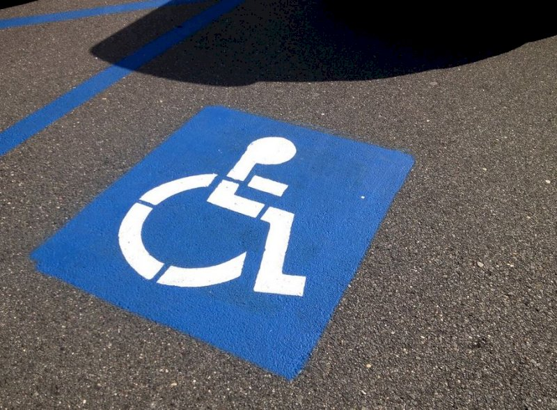 Vernice e rigature sull'auto nel posto disabili, a processo una saviglianese