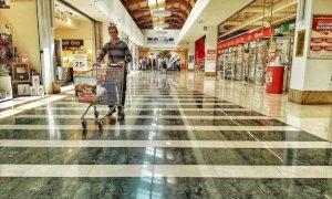"""""""Basta chiusure nei weekend"""": oggi la protesta delle saracinesche abbassate negli ipermercati"""