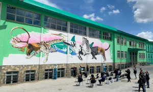 Sulla facciata della scuola di Madonna dell'Olmo un murale realizzato con una vernice che purifica l'aria
