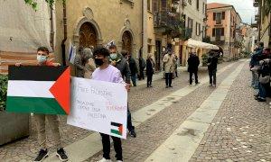 Davanti alla sinagoga di Cuneo il presidio pro-Israele, contestato da attivisti filopalestinesi