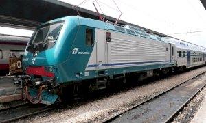 Armato di scacciacani rapina un passeggero sul treno Fossano-Torino: arrestato