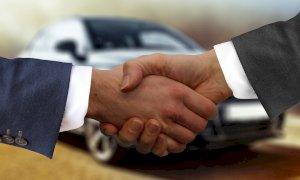Auto comprate e rivendute con falsi finanziamenti: condannato un concessionario di Busca