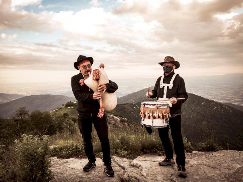 La Bandia, duo occitano di musiche rituali: Sergio Berardo alla cornamusa e Riccardo Serra ai tamburi - foto Roberto Avena