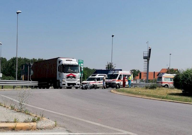 Scontro auto-moto alle porte di Cuneo, non ci sono feriti gravi