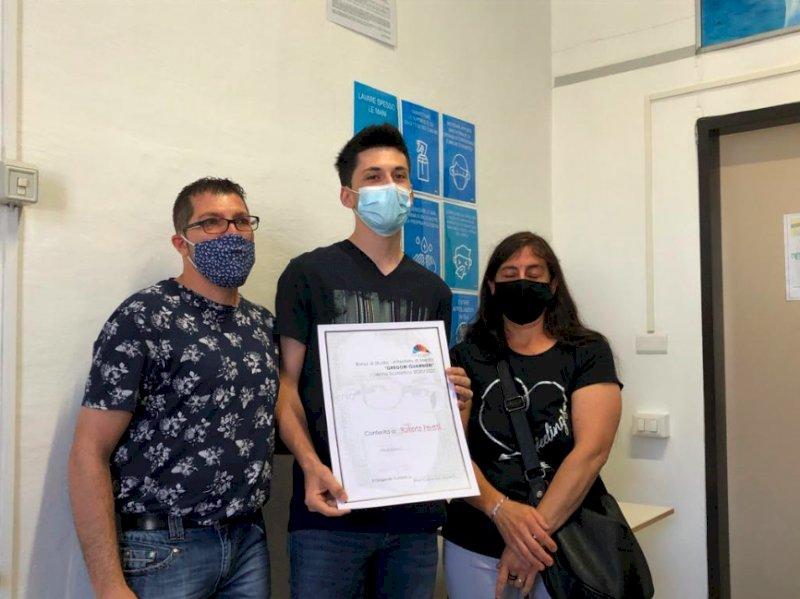 Savigliano, genitori del ragazzo morto per una malattia donano tre borse di studio ai suoi compagni meritevoli