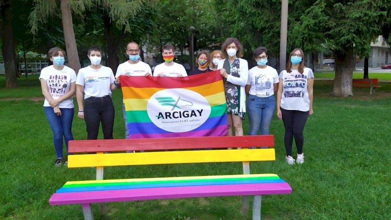 A Cuneo la prima panchina arcobaleno contro l'omofobia