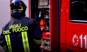 I vigili del fuoco liberano un bimbo di due anni rimasto chiuso in auto