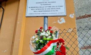 Cervasca, deposto mazzo di fiori per la nuova targa di piazza martiri delle Foibe: