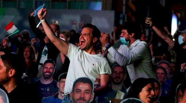 A Moretta notti magiche con il maxischermo che trasmette le partite della Nazionale di calcio