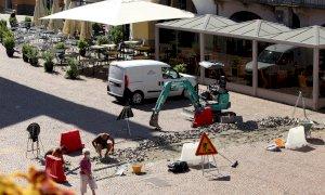 Alba, il porfido del centro storico ha bisogno di manutenzione