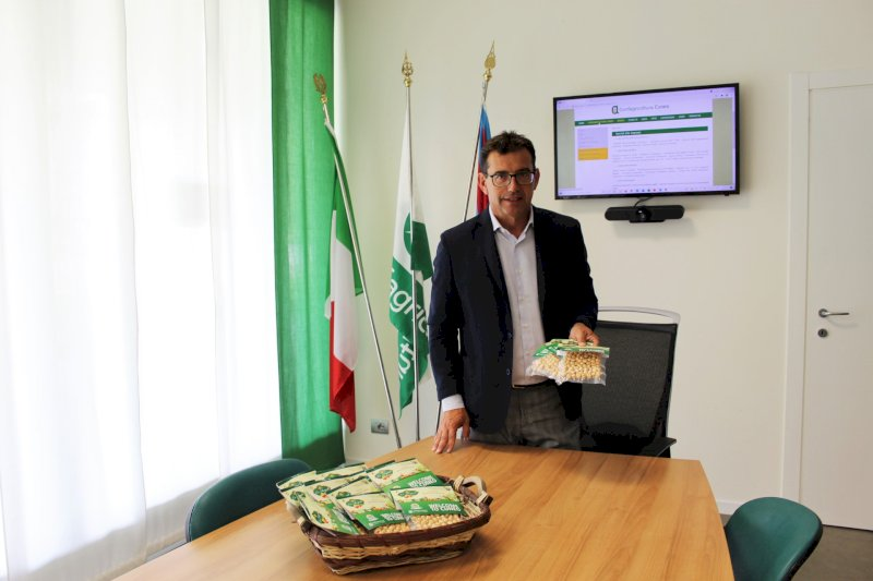 """Nocciole """"Made in Cuneo"""" per i primi viaggiatori del volo Monaco–Cuneo"""