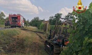 Va a fuoco un trattore a La Morra: pompieri in azione