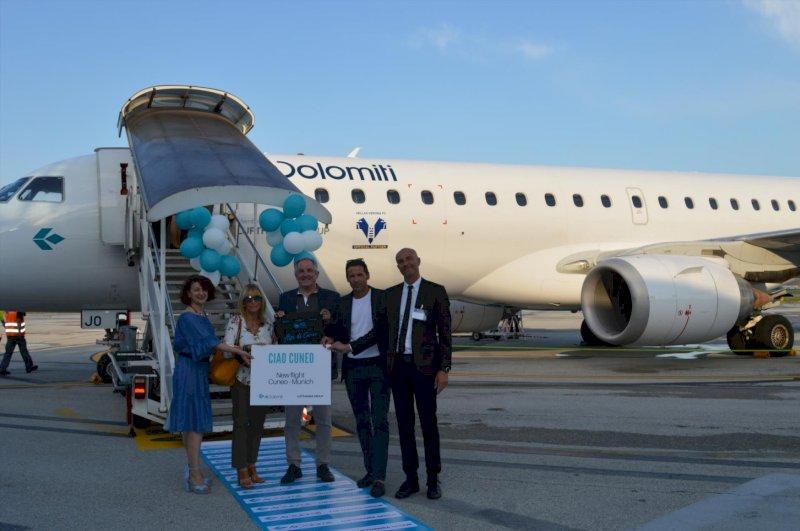 Il benvenuto cuneese ai passeggeri del primo volo Monaco-Cuneo