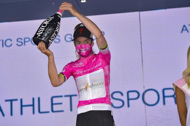 Anna Van Der Breggen in maglia rosa