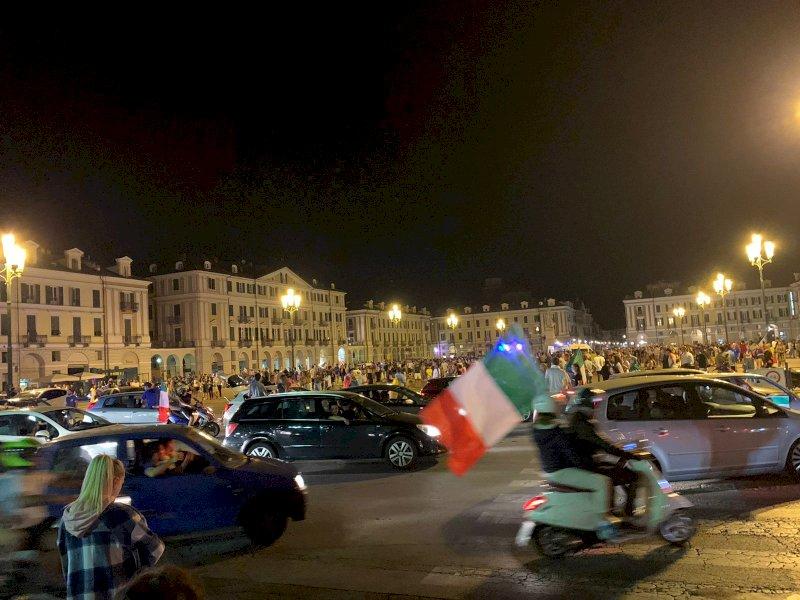 Un'onda azzurra nel cuore di Cuneo: caroselli dopo i rigori con la Spagna
