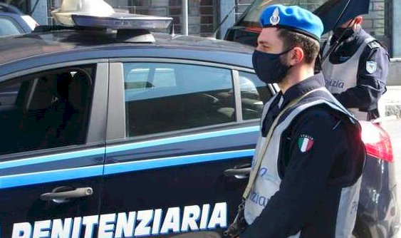 Saluzzo, prova a lanciare nel carcere tre palloni di cuoio con dentro diciotto cellulari: fermato