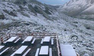 Dopo il grande freddo, la meraviglia del Monviso innevato a luglio