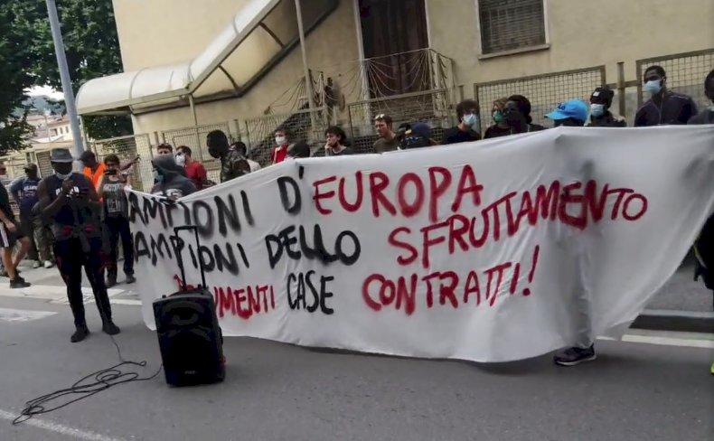 """""""Campioni d'Europa, campioni dello sfruttamento"""". A Saluzzo va in scena la protesta degli stagionali"""