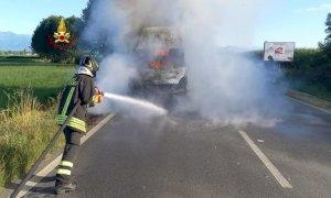 Il furgone va in fiamme mentre sta guidando fuori Saluzzo: illeso l'autista