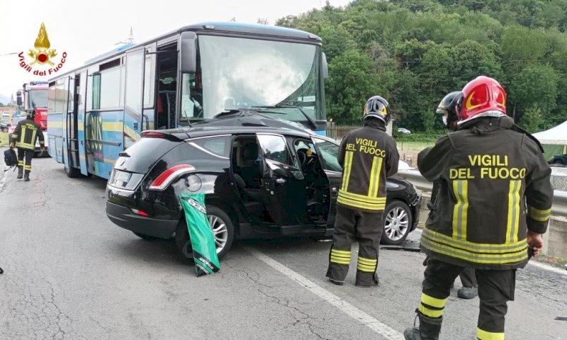 Auto contro pullman a Caraglio, intervengono 118 e pompieri